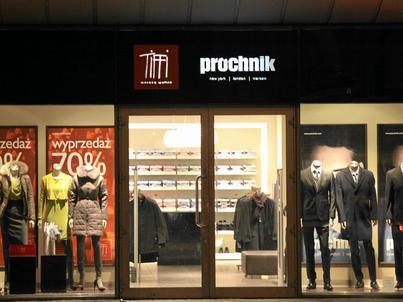 Próćhnik jest producentem odzieży i akcesoriów, m.in. koszul i galanterii