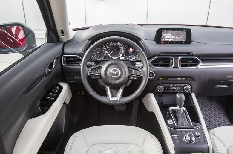 Kabina CX-5 jest przestronna, ma świetne materiały i wyróżnia się perfekcyjnym dopasowaniem elementów