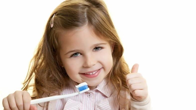 Pasta do zębów dla dziecka powinna mieć obniżoną zawartość fluoru