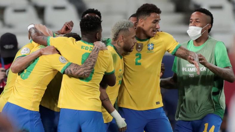 Piłkarze reprezentacji Brazylii celebrujący bramkę strzeloną Peru