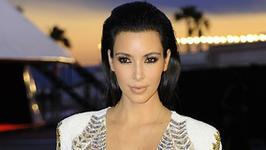 Kim Kardashian na starym zdjęciu. Jak wyglądała przed operacjami plastycznymi?