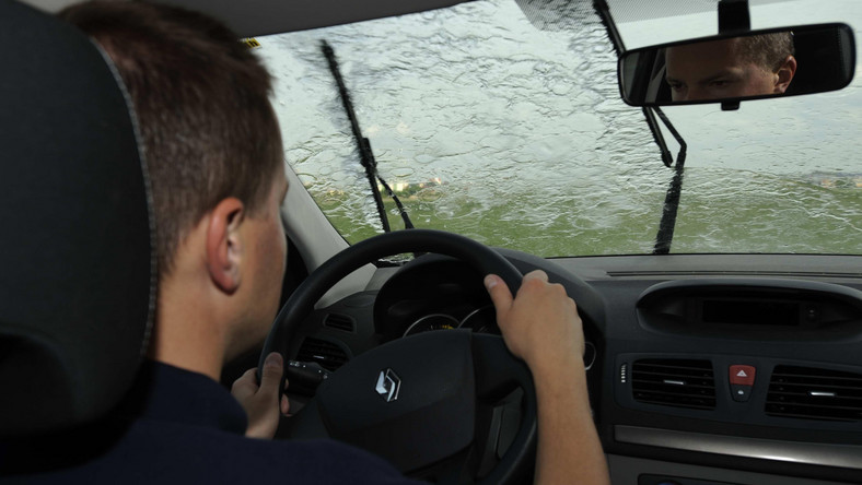 W czasie wyładowań atmosferycznych trzeba pozostać w samochodzie i unikać kontaktu z metalowymi elementami, przy porywistym wietrze należy delikatnie dostosować ustawienia kół do jego kierunku - trenerzy Szkoły Jazdy Renault podpowiadają, o czym trzeba pamiętać wyruszając w wakacyjną podróż.