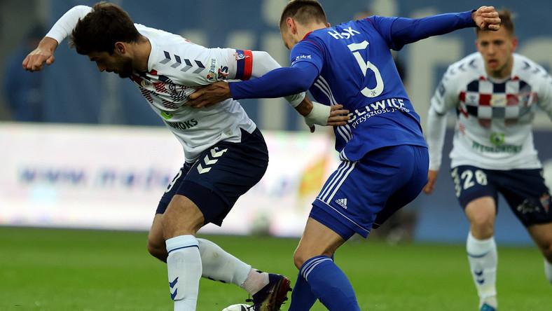 Piłkarz drużyny Piast Gliwice Tomas Huk (P) i Jesus Jimenez (L) z zespołu Górnik Zabrze podczas meczu Ekstraklasy