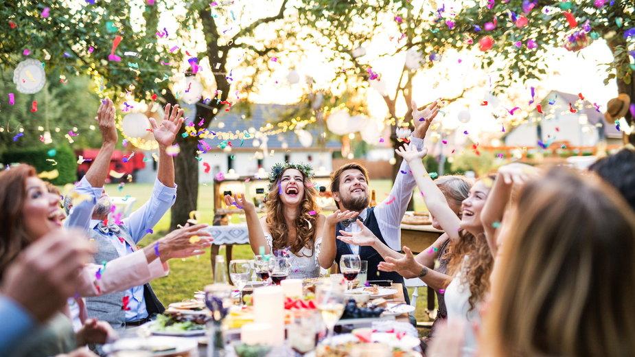 Jak się ubrać na garden party?  W tym sezonie w modzie będą więc kwiatowe wzory, pastele, zwiewne tkaniny i ażurowe dekoracje