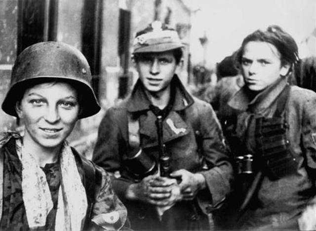 Powstańcy warszawscy w czasie walk 1944 roku