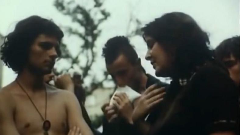 """Kadr z filmu """"Środa w Jarocinie"""". Kim jest młoda dziewczyna?"""