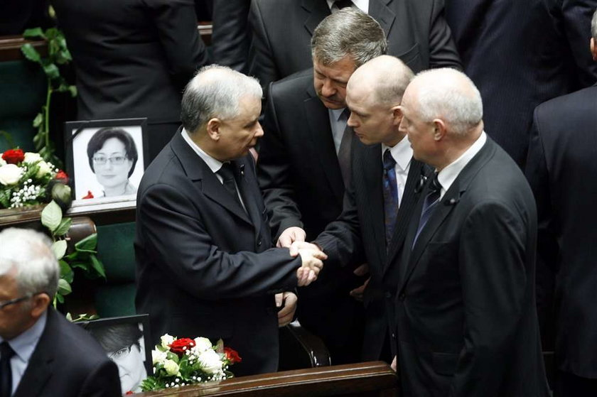 Kaczyński załamany, przyjaciele go pocieszają