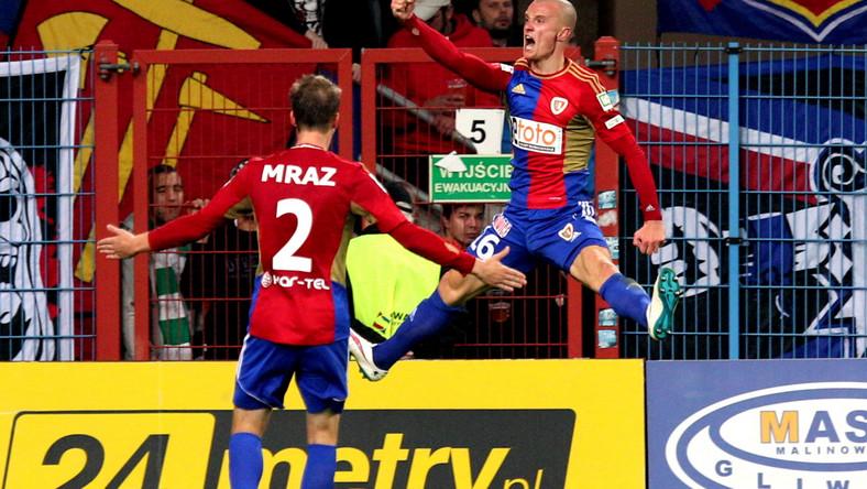 Piłkarz Piasta Gliwice Bartosz Szeliga (P) cieszy się z Patrikiem Mrazem (L) ze zdobycia gola podczas meczu polskiej Ekstraklasy z Wisłą Kraków