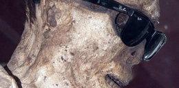 Zmumifikowany mnich w markowych okularach. Foto
