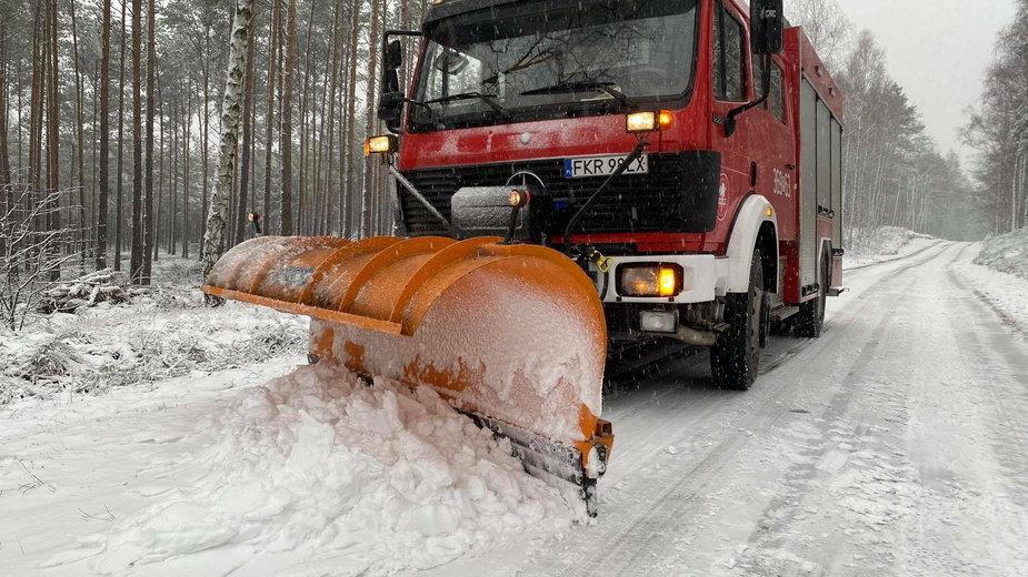 Wóz strażacki odśnieża drogi fot. OSP gmina Maszewo