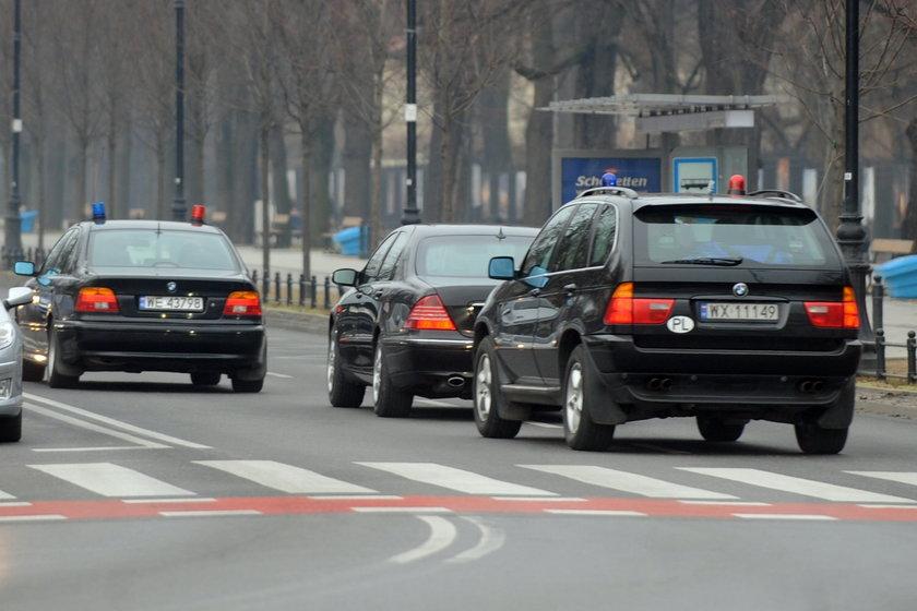 Kolumna samochodów BOR wioząca prezydenta Bronisława Komorowskiego