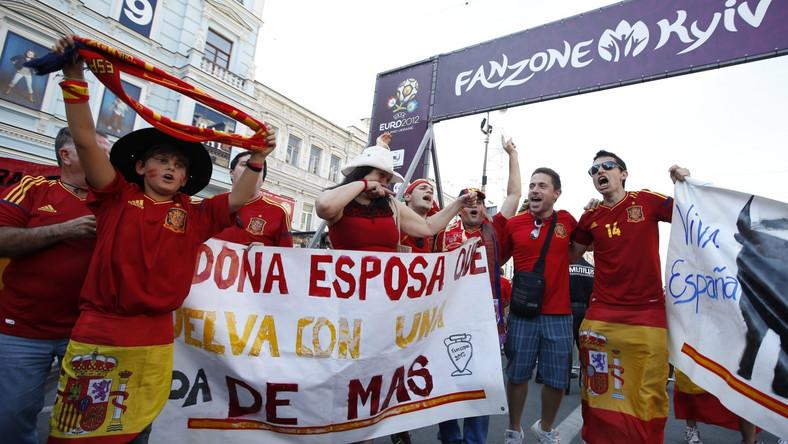 Kibice Hiszpanii w strefie kibice w Kijowie przed finałem Euro 2012
