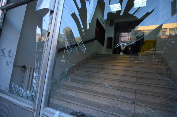 Razbijeni su prozori i vrata