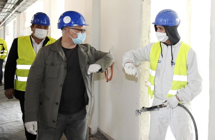 Goran Vesić sa radnicima pod maskama