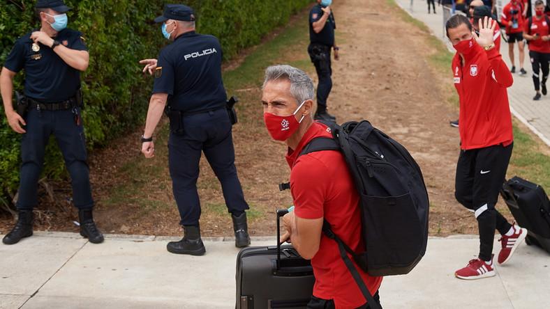 Trener piłkarskiej reprezentacji Polski Paulo Sousa w drodze do hotelu w Sewilli