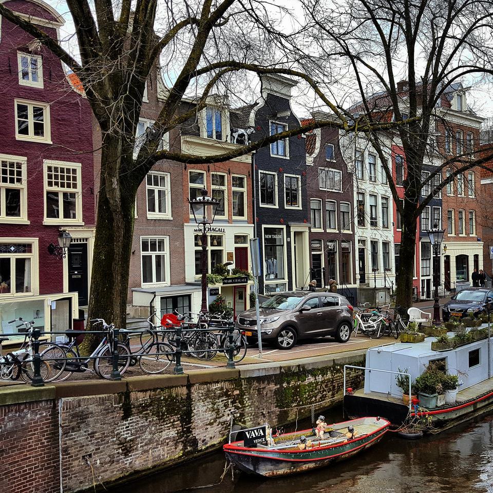 Amsterdam jest centrum życia kulturalnego Holandii z licznymi muzeami i galeriami. Rocznie odwiedza Amsterdam około czterech milionów turystów.