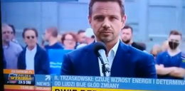 Redaktor TVP pyta Trzaskowskiego o ustawki, tłum reaguje śmiechem