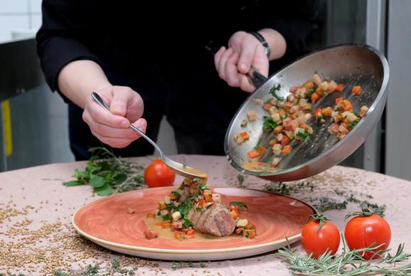 Pomoćni radnici u keteringu i serviranju hrane mogu da zarade od 150-170 dinara na sat