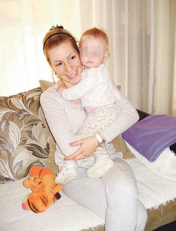 Sigurna u naručju: Teodora sa majkom Aleksandrom Dobrenović