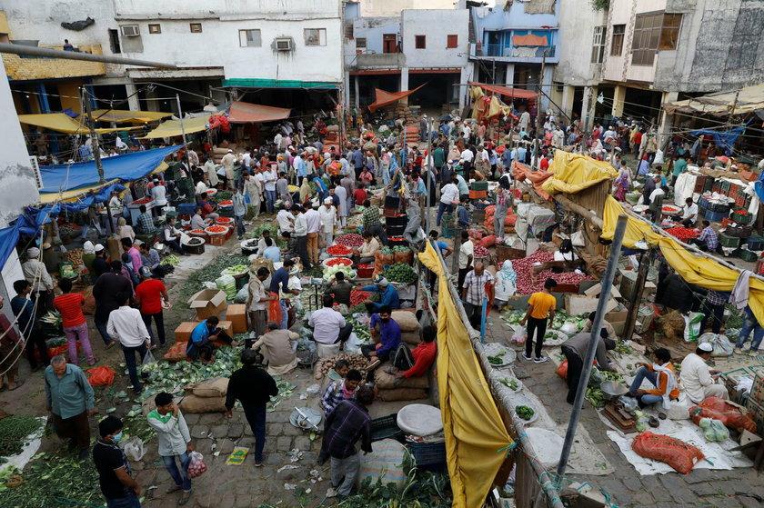Koronawirus szaleje, a ludzie tłoczą się na bazarze