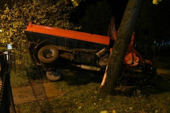 NESVAKIDAŠNJI UDES U PODGORICI Kamion preleteo ulicu i trotoar, pa udario u ogradu, vozač prebačen u Urgentni centar