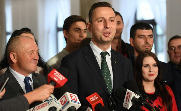 """""""To nie są obietnice, to jest realne działanie, które dziś prowadzimy"""" – powiedział Kosiniak–Kamysz wskazując, że tylko w woj. małopolskim powstało już kilkadziesiąt Zielonych Targów, i będą one dalej tworzone w całej Polsce."""