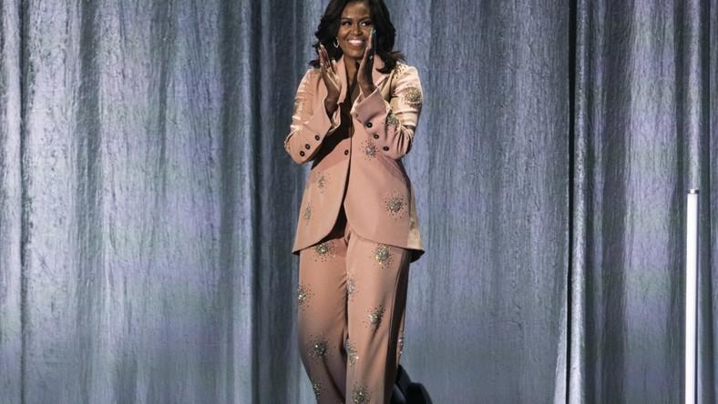 Na spotkaniu w Kopenhadze małżonka Baracka Obamy wystąpiła w brzoskwiniowym garniturze od lokalnego projektanta - Sitne Goya to marka, którą znają również polscy fascynaci mody...