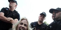 Gołe ukraińskie feministki ruszyły z gaśnicami na kibiców