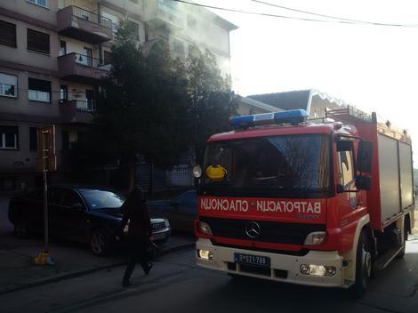 Vatrogasci bezbedno spustili dečaka sa krova zgrade