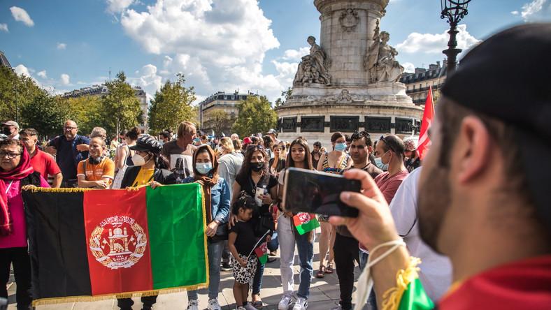 Francuskie feministki oraz obrończynie praw człowieka demonstrują w Paryżu wsparcie dla kobiet w Afganistanie