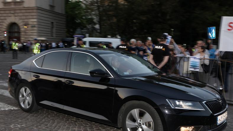 Prezes Prawa i Sprawiedliwości Jarosław Kaczyński (w samochodzie) wjeżdża na Wawel