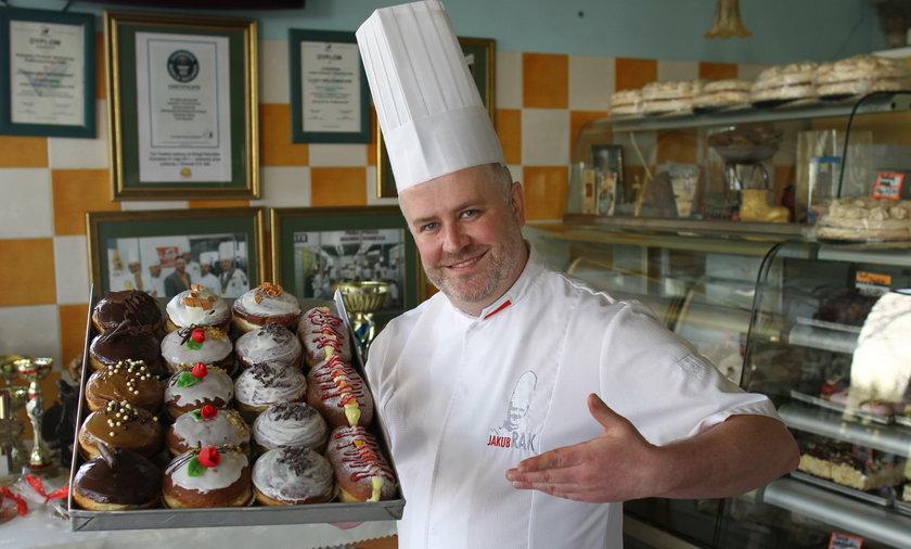 Jakub Rak prezentuje pączki z rodzinnej cukierni