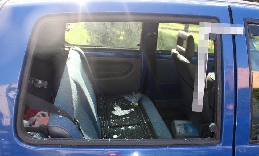 Policjanci musieli wybić szybę w rozpalonym samochodzie