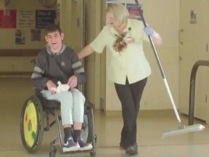 Ljubica Simić je čistačica u bolnici, a pre svake smene uradi jednu ČUDNU STVAR: Njen snimak sa Andrijom (24) sada SVI GLEDAJU, a evo i zašto