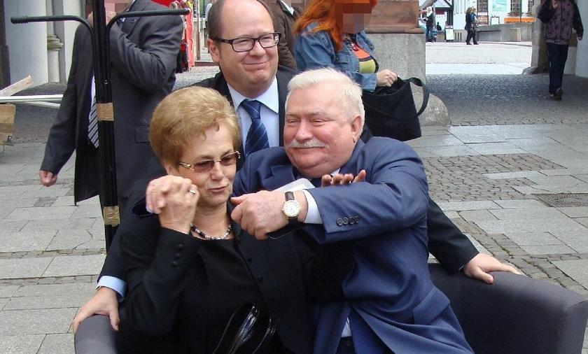 Lech Wałęsa z żoną na kanapie
