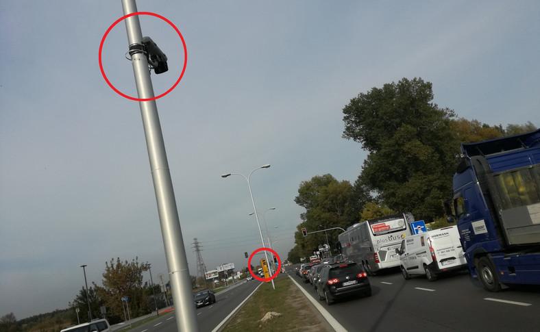 Kamera robiąca zdjęcia od tyłu jest zamontowna na słupie oddalonym od fotoradaru o ok. 60 kroków