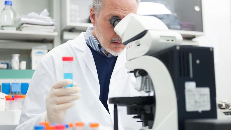 Lekarz przy mikroskopie