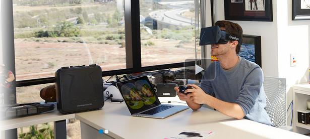 """Zwycięzca Targów: Oculus Rift """"Crystal Cove Prototype"""" Prototyp okularów rozszerzonej rzeczywistości stworzony przez firmę Oculus Rift okazał się największym hitem tegorocznych targów w Las Vegas. Twórcy wyeliminowali wszystkie błędy, które pojawiały się w poprzednich wersjach urządzenia (np. rozmazany obraz) i stworzyli produkt, który na zawsze zmieni branżę elektronicznej rozrywki. """"Crystal Cove"""", zdecydowanie to najlepszy i najbardziej innowacyjny symulator rozszerzonej rzeczywistości jaki kiedykolwiek powstał."""