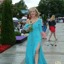 Katarzyna Żak dawno nie wyglądała tak seksownie. Aktorka zachwyciła stylizacjami w Międzyzdrojach