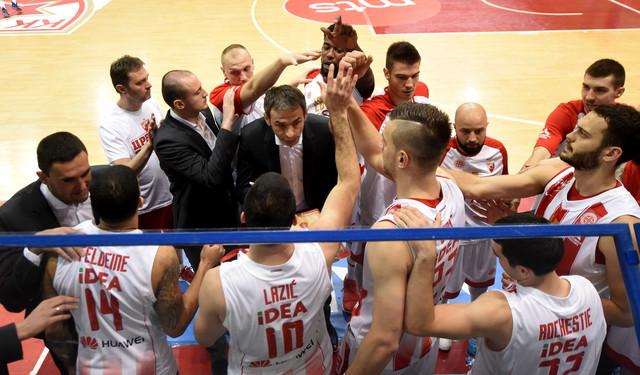 Milenko Topić sa igračima Zvezde tokom meča sa Pančevcima