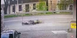 Motocyklista leżał na ulicy z oderwaną nogą. Tak reagowali świadkowie