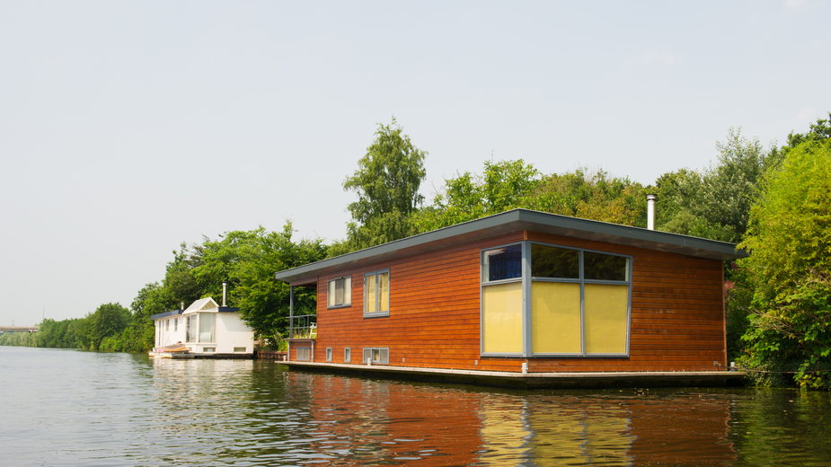 Nowoczesne domy pływające mogą być wyposażone w silnik umożliwiający przemieszczanie się po zbiorniku wodnym - Ivonne Wierink/stock.adobe.com