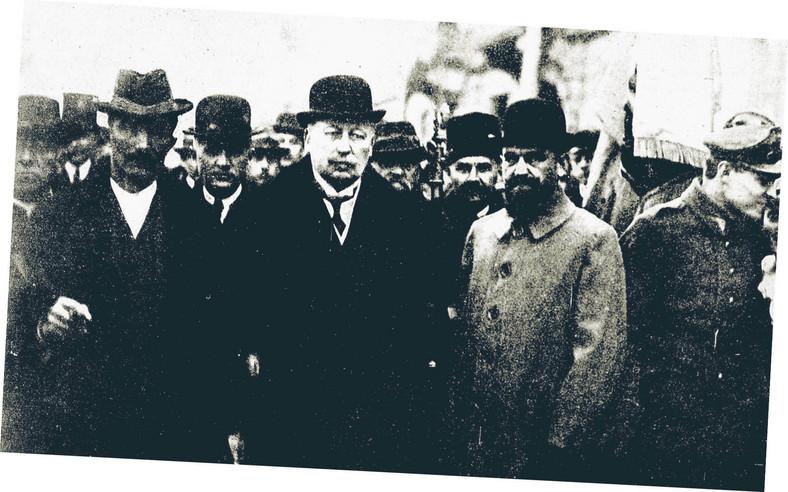 Premier Wincenty Witos, marszałek Sejmu Wojciech Trąmpczyński i poseł Stefan Sołtyk idą na nabożeństwo do warszawskiej katedry św. Jana, marzec 1921 r.