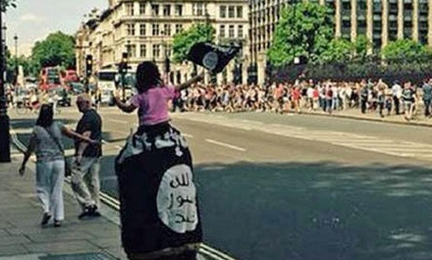 Spacerował po Londynie z ogromną flagą isis