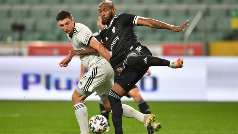 Zawodnik Legii Warszawa Bartosz Slisz (L) i Kevin Medina (P) z Karabach Agdam podczas meczu 4. rundy eliminacyjnej piłkarskiej Ligi Europy