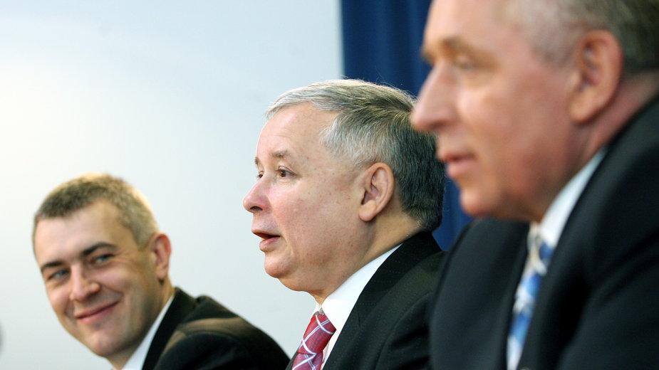 Roman Giertych, Jarosław Kaczyński i Andrzej Lepper podczas konferencji prasowej. Czerwiec, 2007 r