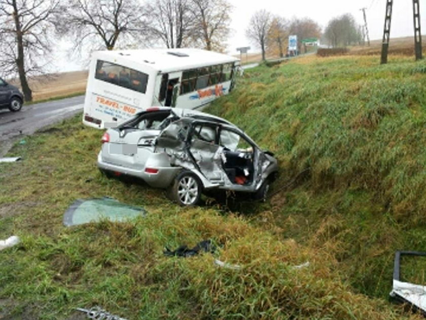 Tragiczny wypadek w Bogdanowicach na Opolszczyźnie. Na zdj. rozbite renault i autubus, w który wjechało