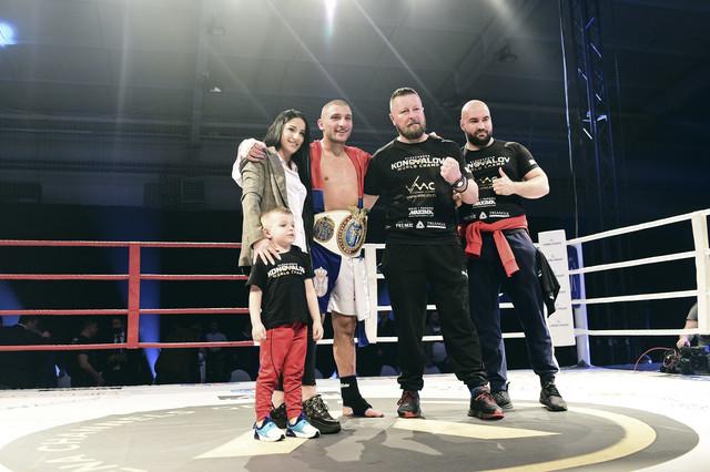 Aleksandar Konovalov sa suprugom, sinom i trenerima