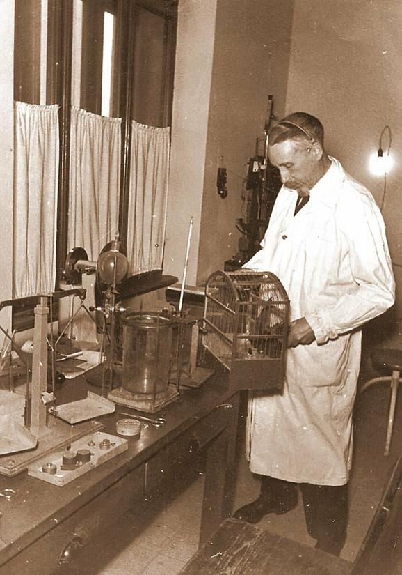 Dr Ivan Đaja u svojoj laboratoriji posle Drugog svetskog rata