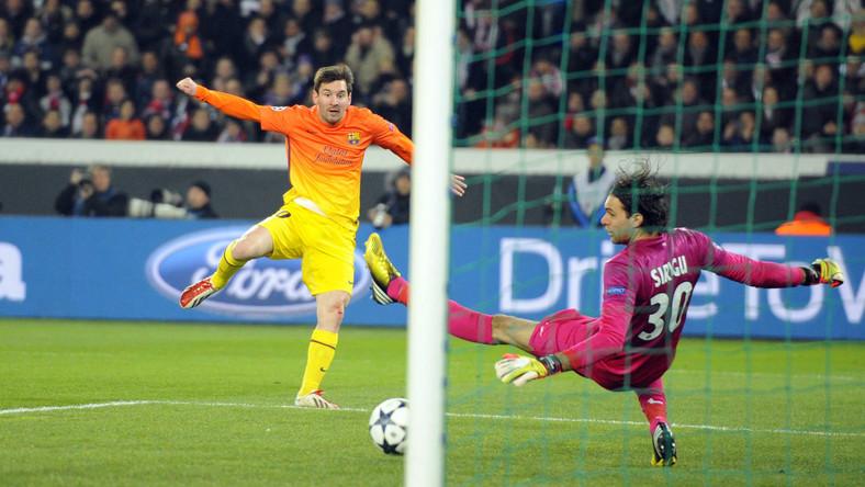 Leo Messi strzela gola w meczu z PSG